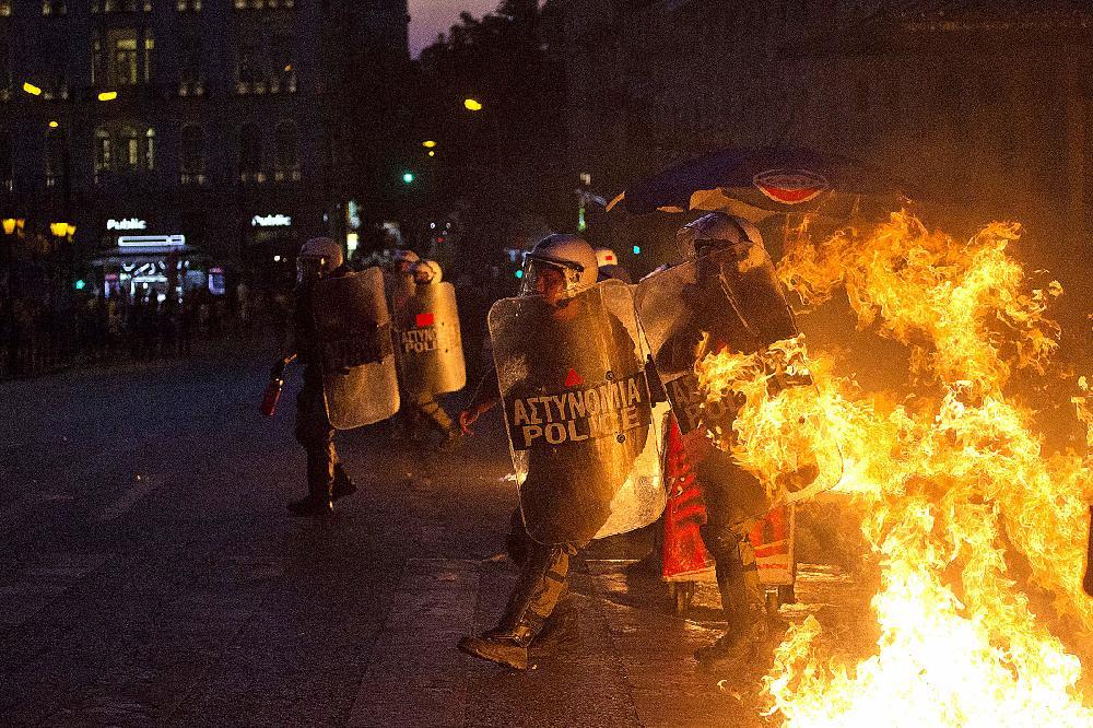 grecia-polica-chamas